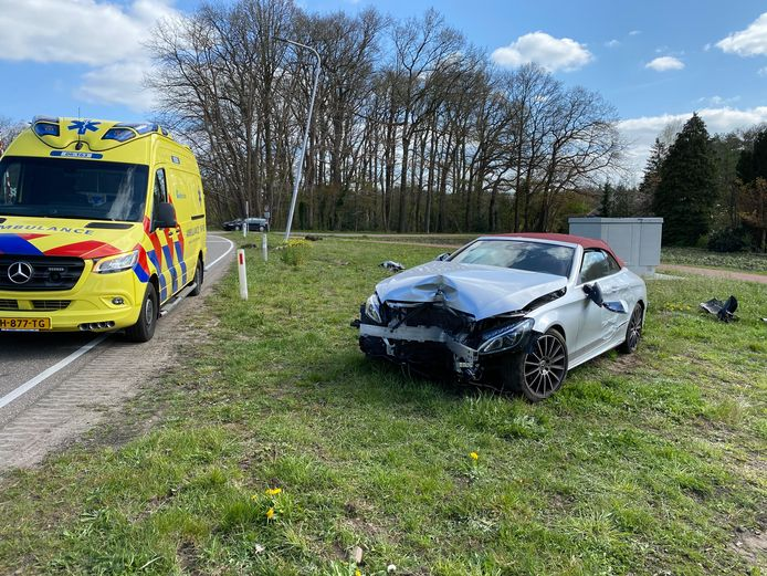 De auto liep flinke schade op bij de botsing met het straatmeubilair.