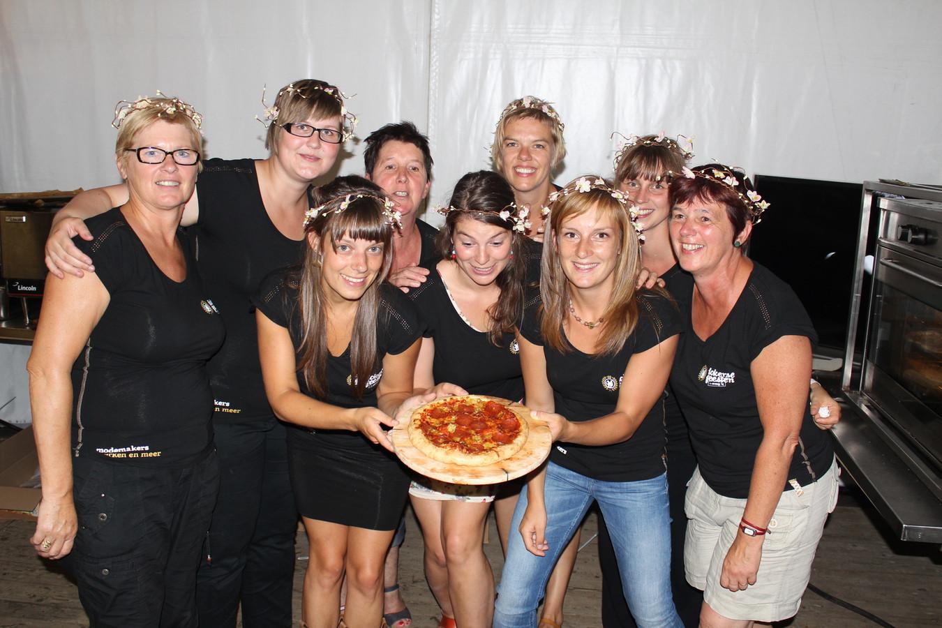 De dames van het pizzakraam met een ovenverse lekkernij.