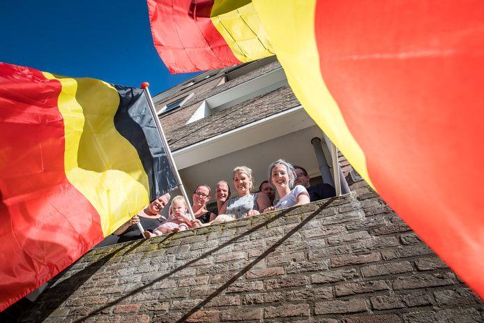 Bewoners van flatgebouw aan de Llange Wal, steunen Belgische buurman voor het WK.