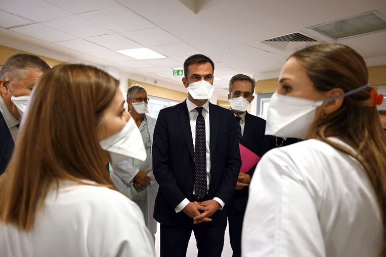 Minister van Volksgezondheid Olivier Véran op bezoek in ziekenhuis La Timone. Beeld EPA