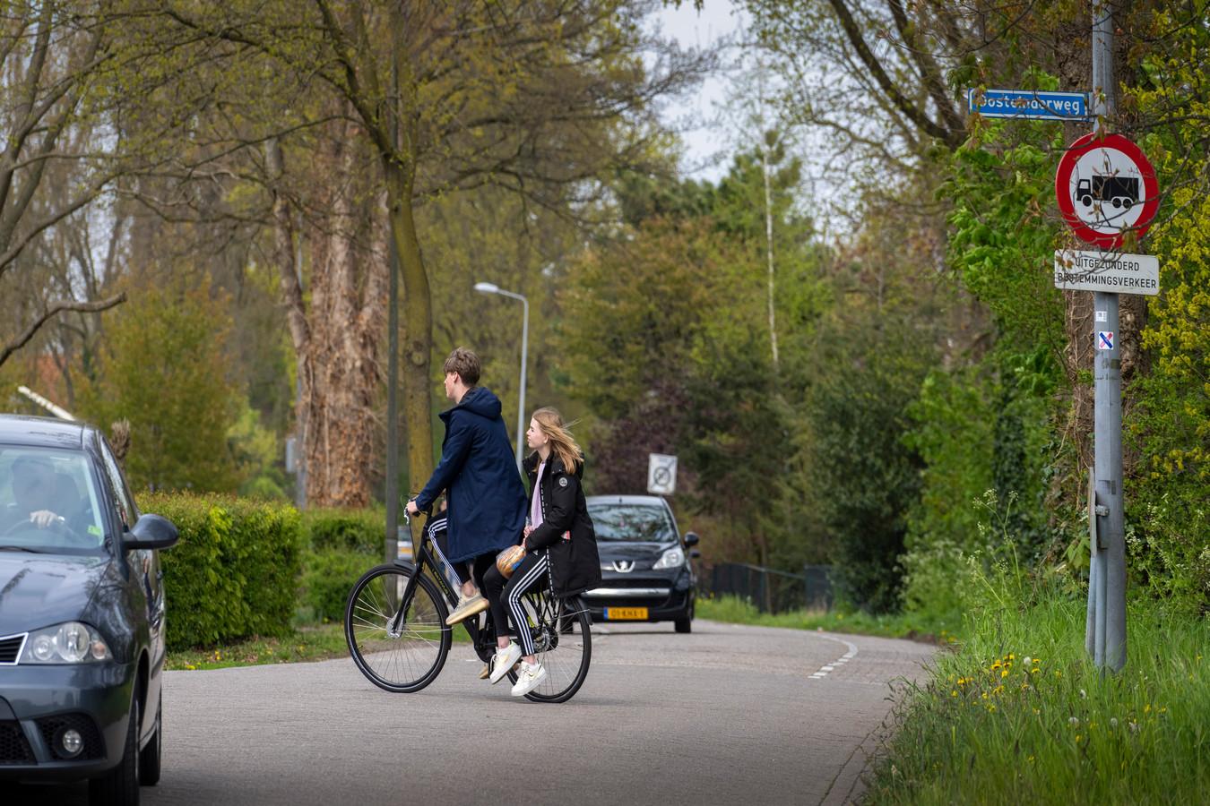 De kruising Bruggen en Oosteinderweg is druk en gevaarlijk voor fietsers die de wijk in en uit fietsen.