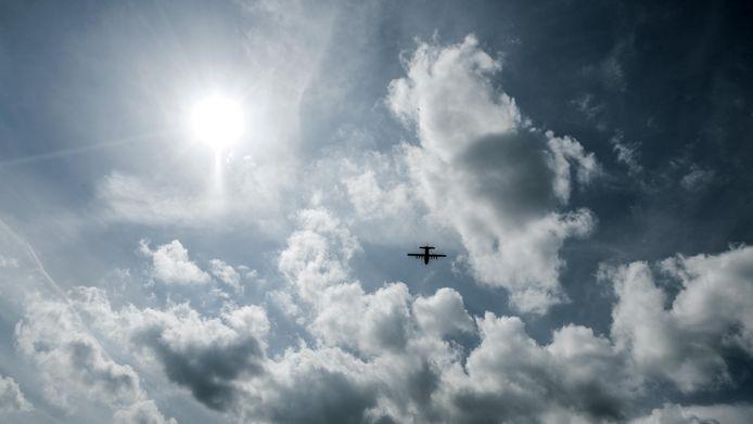 Vrijdag werden vanuit een C-130 Hercules 11 paracommando's gedropt boven het militair vliegveld van Moorsele.