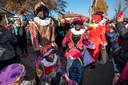 Pieten maken plezier met de kinderen in Rheden. De optocht trok massale belangstelling.