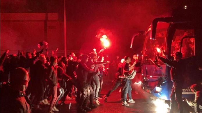 De spelers kregen een warm onthaal van enkele honderden supporters