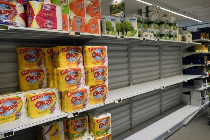 In een Brusselse supermarkt is de voorraad wc-papier bijna uitgeput.