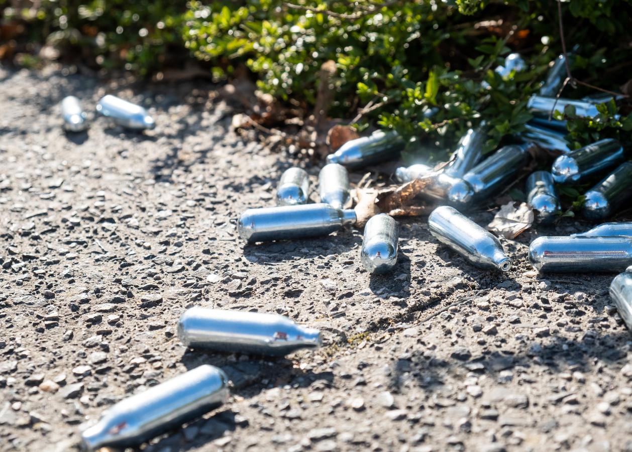 Lachgaspatronen vind je ook in Houten als zwerfvuil op straat.