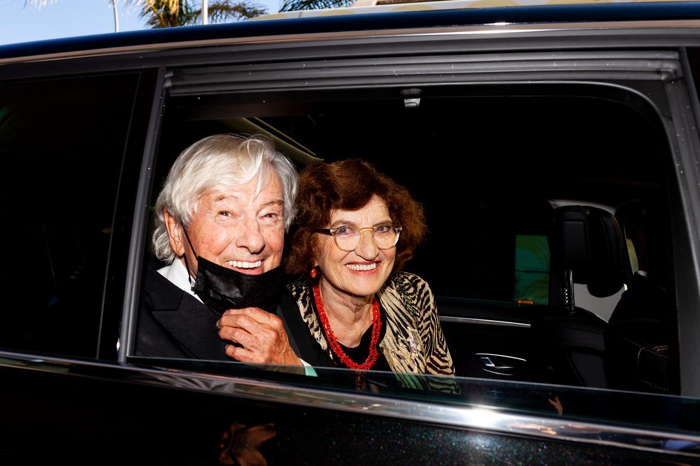 Paul Verhoeven en zijn vrouw Martine in de auto op weg naar de première van Benedetta. Beeld Renate Beense