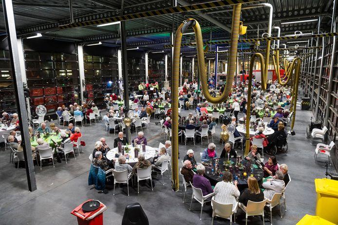 De Hengelose brandweerkazerne was de laatste paar jaar het decor van hét jaarlijkse kerstdiner. Dit jaar worden er noodgedwongen kerst-lunchpakketten bezorgd.