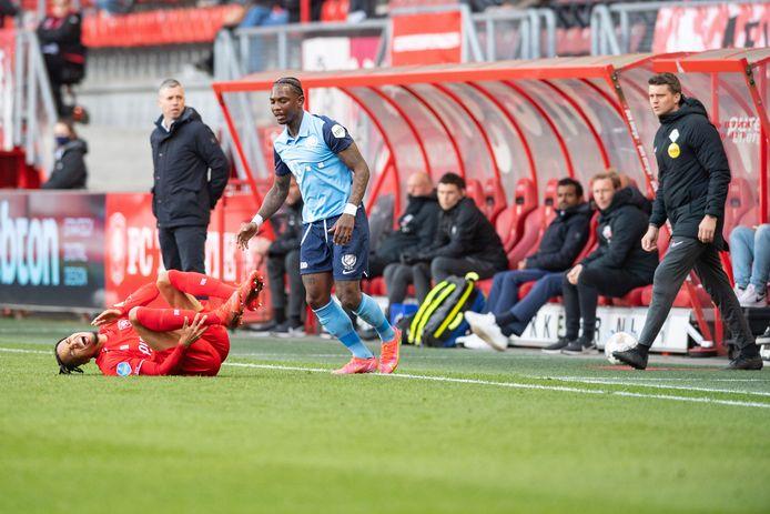 Tyronne Ebuehi  schreeuwt het uit van de pijn na een overtreding van Eljero Elia.