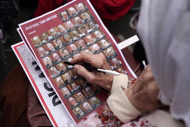 Nabestaanden van slachtoffers van de dictatuur volgen de uitspraak van de rechters in het megaproces ESMA. Beeld