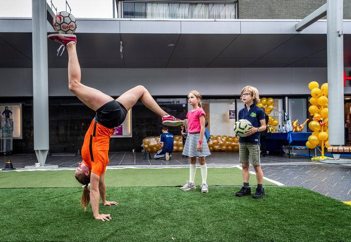 Winkelcentrum Woensel bestaat 50 jaar. Kampioen 'freestylen met de bal' Jasmijn Janssen geeft een demonstratie.