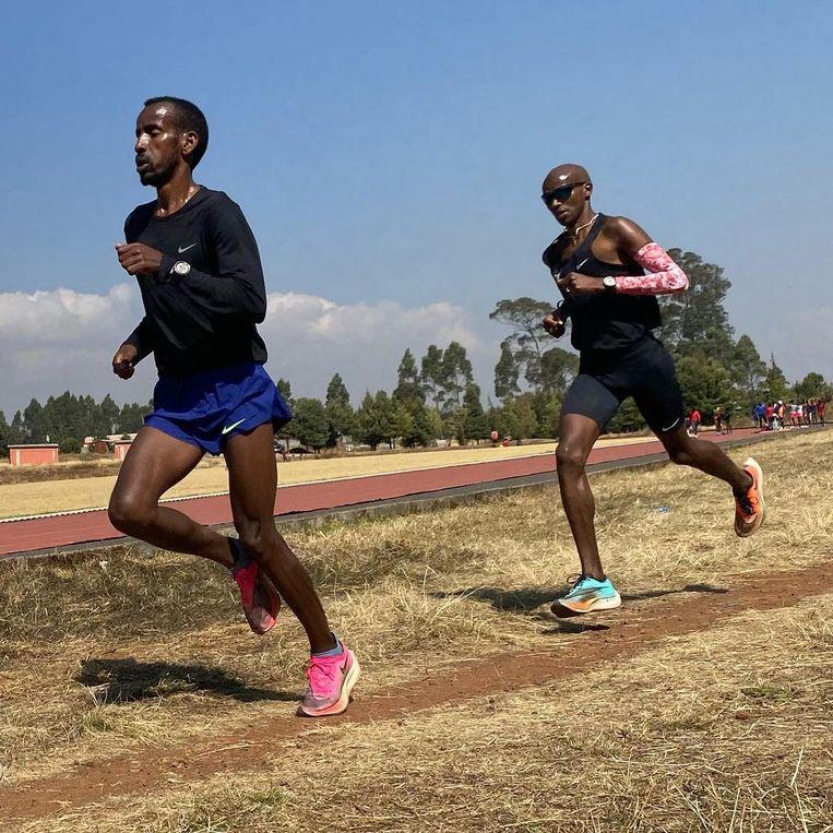Bashir Abdi met Mo Farah in Ethiopië. Beeld RV