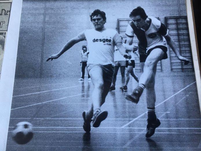 Een jonge Rini Kromdijk (rechts) haalt uit namens FC Nathania. Didammer en international Theo Splithof probeert de bal te blokken.