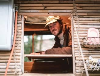 """Stef (27) ruilt luxewoning in voor zelfgebouwd winkelkar-bamboehuisje van 500 euro: """"Ik heb niet veel nodig om gelukkig te zijn"""""""