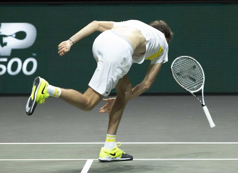 Daniil Medvedev gooit met zijn racket tijdens het ABN Amro-tennistoernooi. Beeld EPA