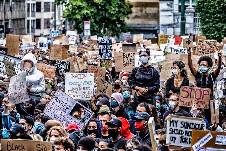 In Brussel waren 10.000 mensen aanwezig op de manifestatie, de meeste met mondmaskers, maar afstand houden was moeilijk. Beeld Tim Dirven