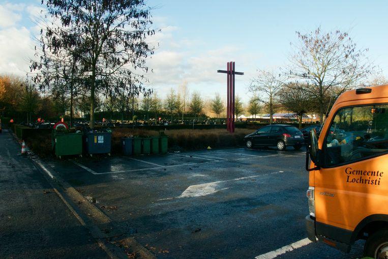 De parking ligt vlak naast de begraafplaats.
