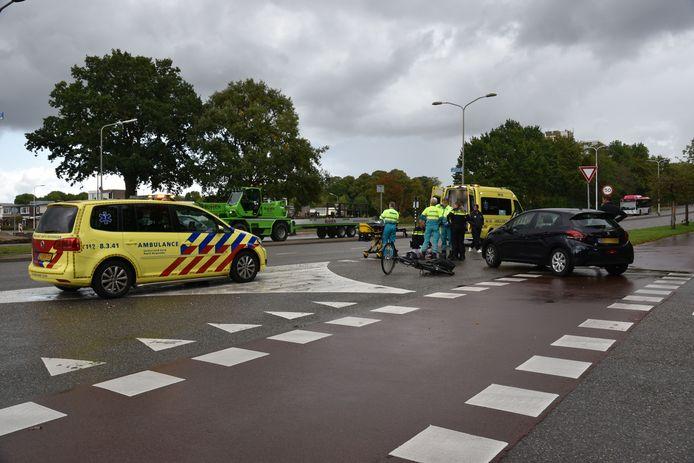 Hulpverleners bieden eerste hulp aan het slachtoffer na de aanrijding op de kruising Nieuwe Dukenburgseweg en Lankforst.