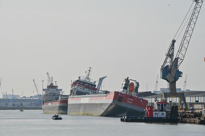 Het scheef liggende schip Maxima in de Waalhaven.