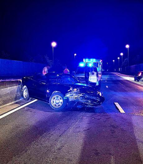 Cabrio belandt tegen vangrail op Expresweg: één persoon gewond naar ziekenhuis