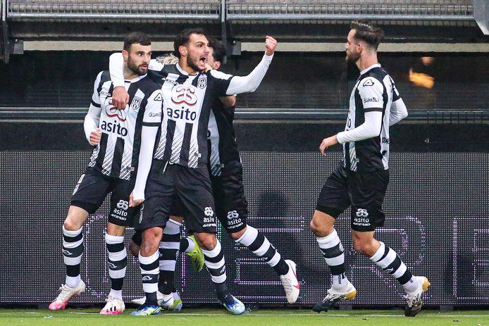 Rai Vloet (links) maakte er in de allerlaatste minuut nog 1-1 van tegen Sparta.