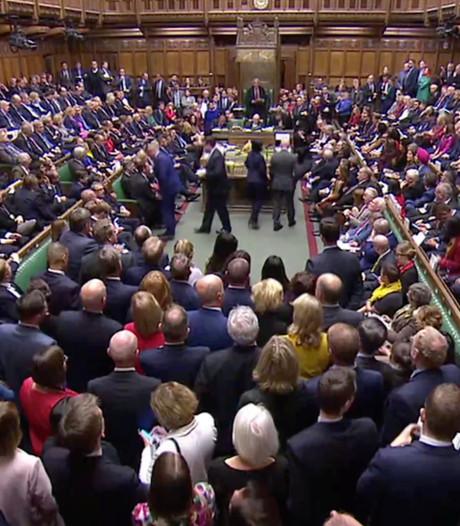 Brits parlement stelt besluit over brexitdeal uit, Johnson vraagt om uitstel