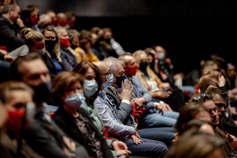 Vijfhonderd mensen zijn in het Beatrixtheater bijeen voor een proefevenement, om te onderzoeken of en hoe grote evenementen veilig kunnen plaatsvinden in coronatijd. Beeld ANP