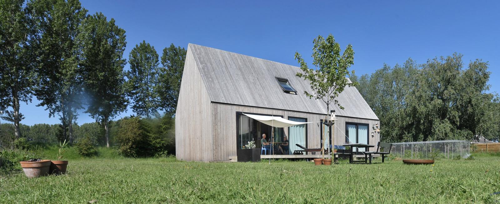 Het duurzame, houten huis van Mieneke en Kees de Jonge in de polder bij Heinkenszand.