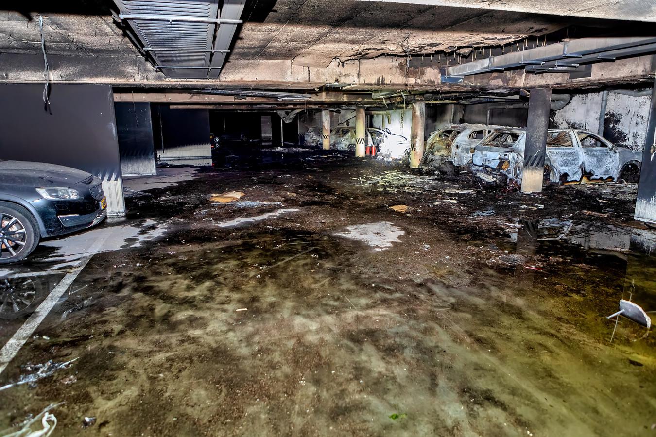 De ravage na de brand in het appartementencomplex aan de Stadhouderslaan in Oosterhout.