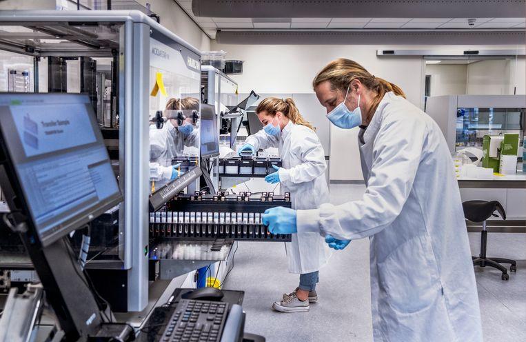 Bij het Hudson-lab in Utrecht worden coronatests geanalyseerd. Beeld Foto Raymond Rutting / de Volkskrant