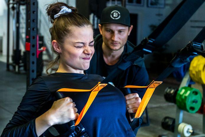 De Griekse Songfestivaldeelneemster Stefania Liberakakis, op de foto een jaar geleden, bereidt zich in de Utrechtse gym Deducated voor op het Eurovisie Songfestival in Rotterdam. Achter haar staat trainer Onne van Elburg.