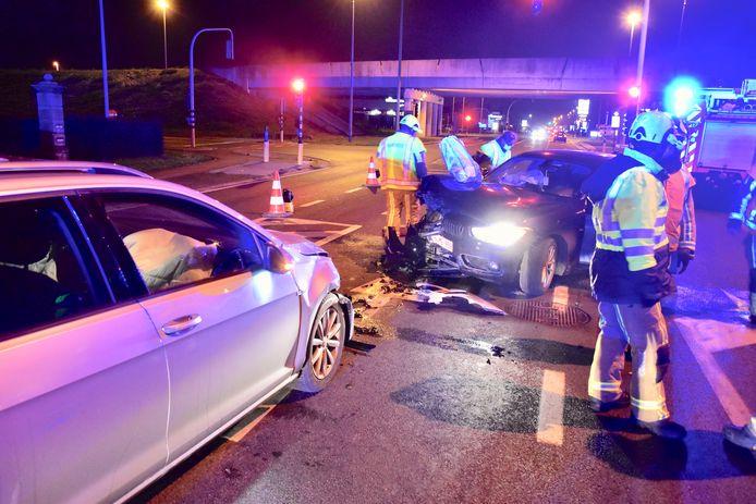 Beide voertuigen liepen behoorlijk wat schade op bij de frontale botsing langs de Gentseweg in Sint-Eloois-Vijve.