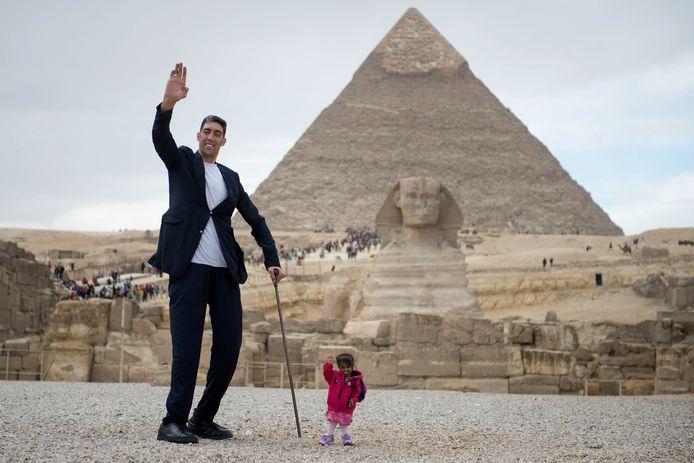 Sultan Kösen naast de kortste vrouw ter wereld, de Indiase Jyoti Amge (62,8 cm).
