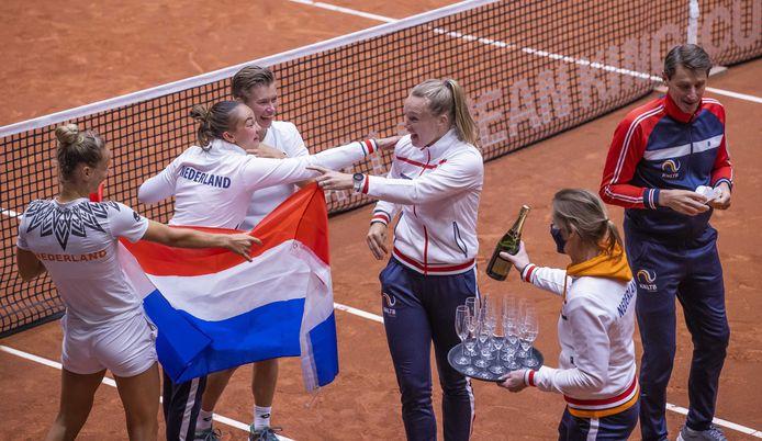 Champagne voor de Nederlandse tennissters na de overwinning op China.