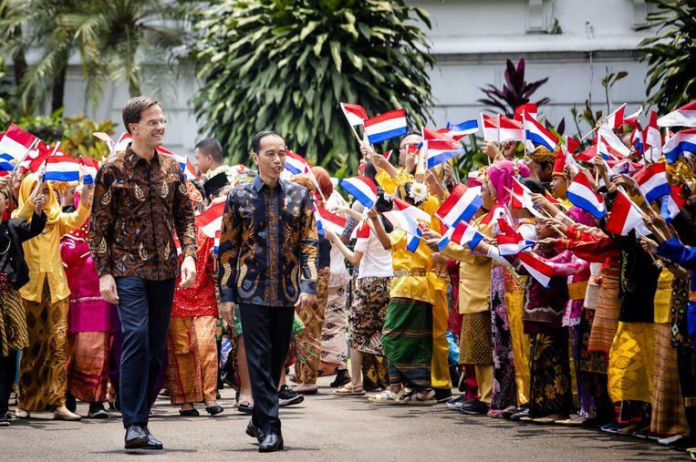 Premier Rutte met president Widodo tijdens het bezoek vorig jaar. De premier werd gevraagd een batikshirt aan te trekken. Beeld Bart Maat/ANP