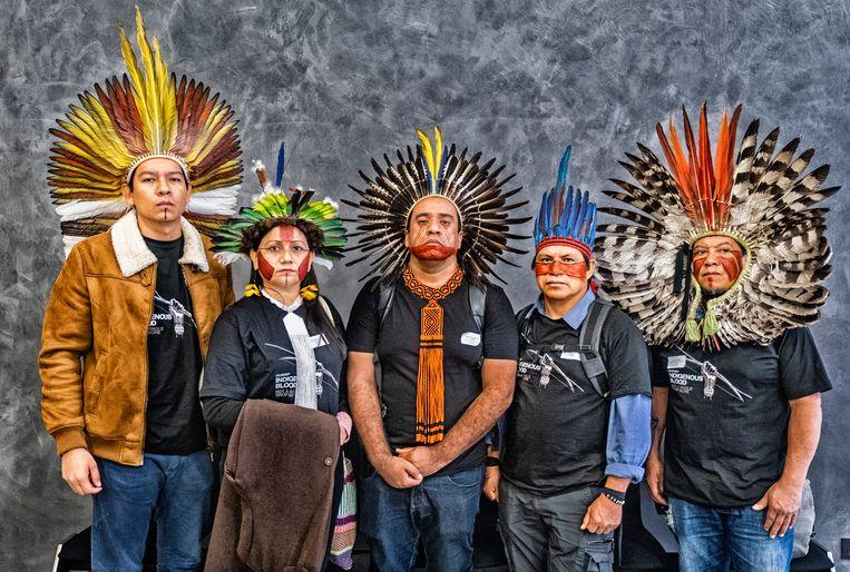 Nara Baré (tweede van links) en andere leiders van Braziliaanse Amazone-indianen komen in Brussel ijveren voor veel meer politieke actie tegen de mensenrechtenschendingen en illegale houtkap in de in theorie beschermde gebieden van het woud die hun thuis zijn.  Beeld Tim Dirven