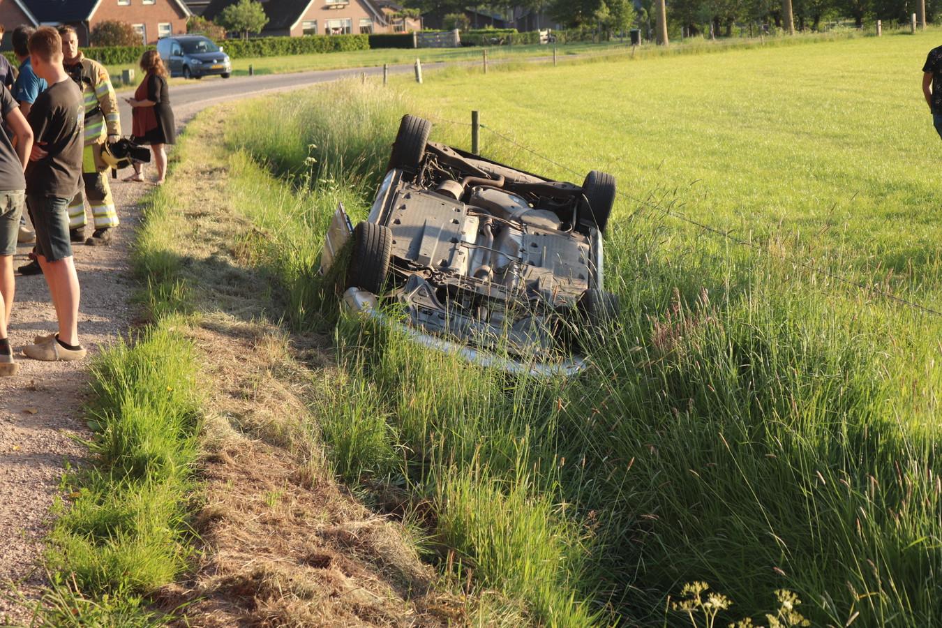 De auto belandde in de sloot op de Nieuwenhuizerweg.