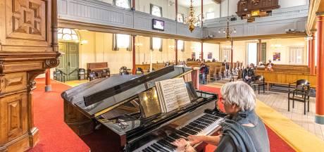 Vaccineren in Zwolle terwijl het kerkorgel speelt: 'Het is toch een feestelijke dag'