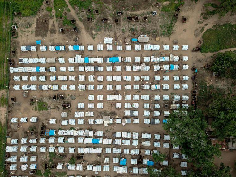 Vluchtelingen vinden onderdak in een tentenkamp in Cabo Delgado.  Beeld AFP