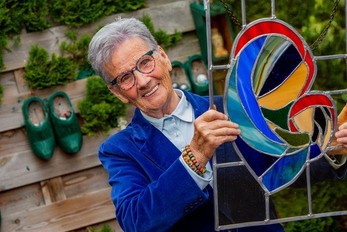 OVERASSELT:  Mevrouw Bertjes Spanbroek met haar zelfgemaakt glas-in-lood kunstwerk  De Gelderlander DG FOTO DHFOTO