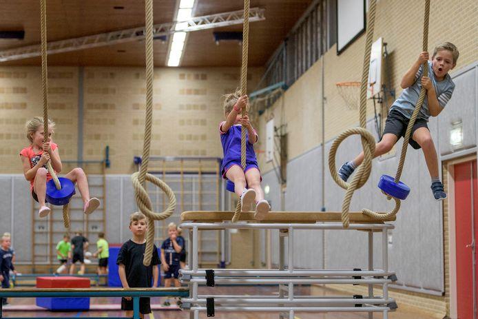 Zwaaien aan de touwen in sporthal De Zomp is erg populair bij de jeugdige deelnemers aan de wekelijkse sportinstuif in Enter.