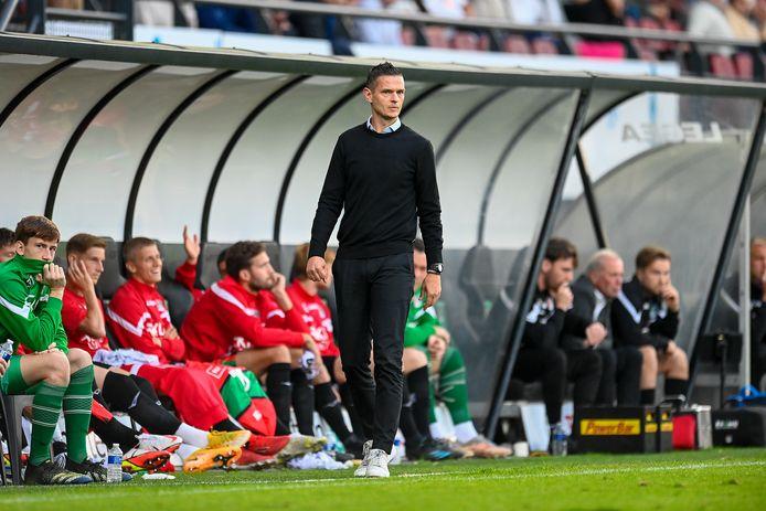 NEC-trainer Rogier Meijer kijkt geconcentreerd naar het veld tijdens de wedstrijd tegen FC Utrecht.