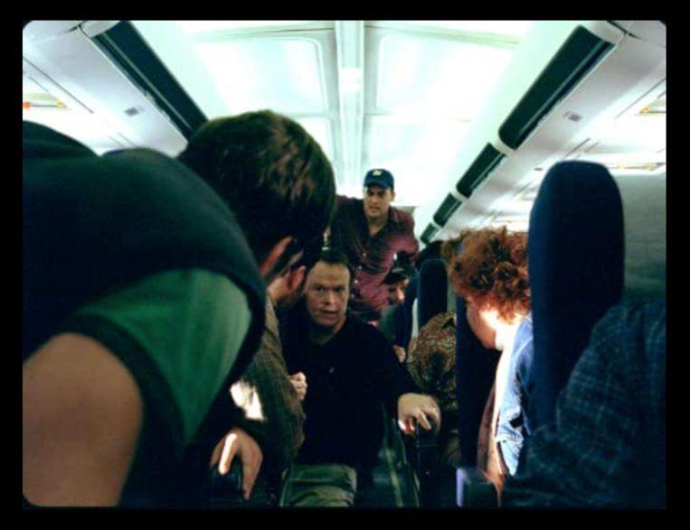 'We gaan met een paar passagiers actie ondernemen. Ik denk dat we de man met de bom gaan aanvallen!' Beeld imdb