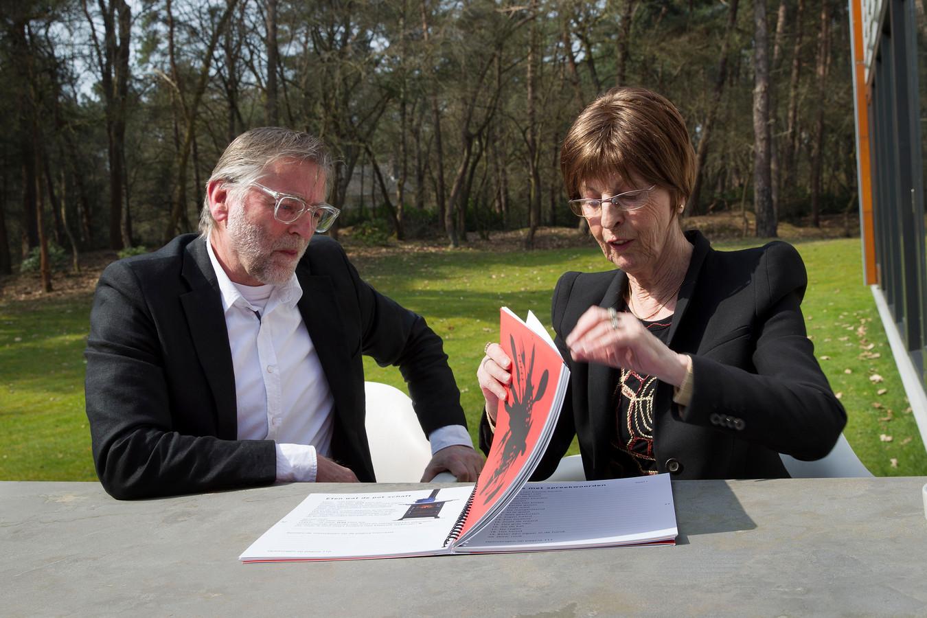 April 2015: broer en zus Piet van Rongen en Ine van Rongen met Het Eerste Bezigboek, geschreven door Ine van Rongen.