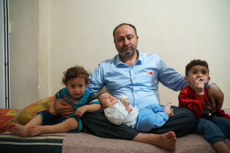 Mustafa al-Mohamad met de kinderen van zijn zoon Hisham al-Steyf, die werd neergeschoten toen hij probeerde terug te keren naar Turkije.  Beeld Melvyn Ingleby