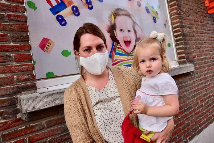 Stefanie Geerts (28) uit Egem was maar gerustgesteld toen ze uiteindelijk haar dochtertje Marie (2) in haar armen kon houden. Toen de foto genomen werd, zat broertje Lucien (6 maanden) al in de auto.