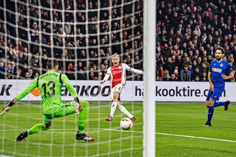 Donny van de Beek is dicht bij een goal maar David Soria redt met zijn voet. Beeld Guus Dubbelman / de Volkskrant