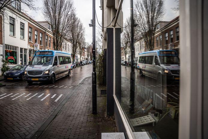 Bus 13 rijdt door de Arnhemse wijk Klarendal. Op 4 januari werd de busverbinding tussen station Arnhem Centraal en Klarendal uit kostenoverwegingen gestaakt.