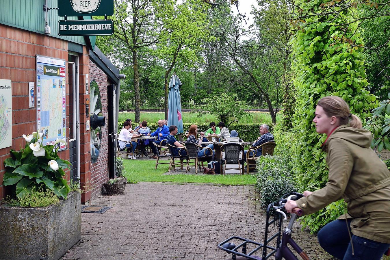 Het fietsterras bij de Menmoerhoeve, die onder meer een kleine camping, restaurant, het terras en een natuurstudiecentrum omvat.