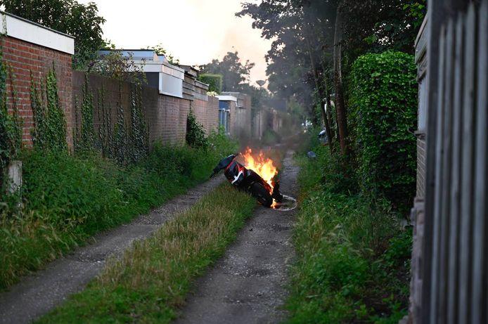 De brandende scooter aan de Vriezenveenseweg